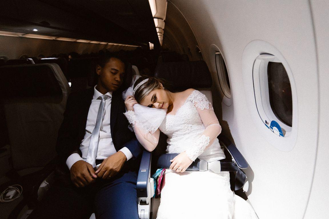 Noivos no avião dormindo
