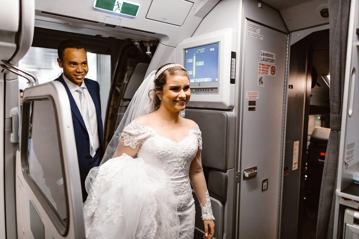 Noivos no avião Azul