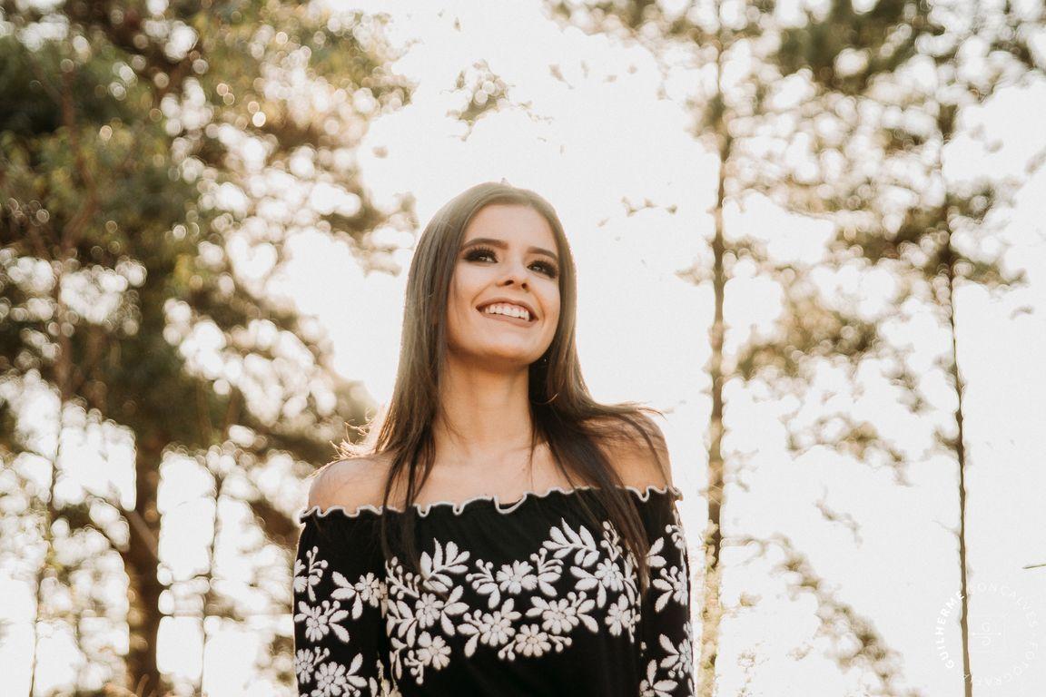 garota sorrindo mostrando o ceu de outono