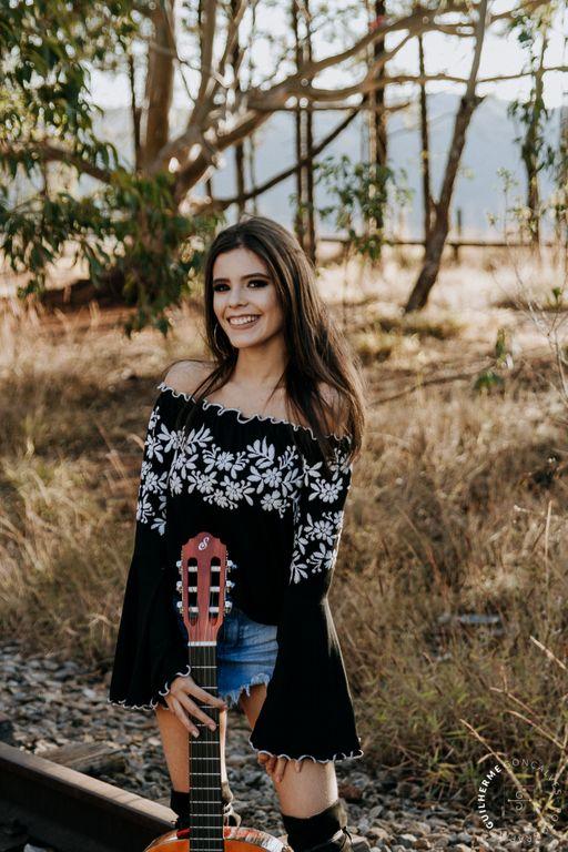 garota de 15 anos com violão