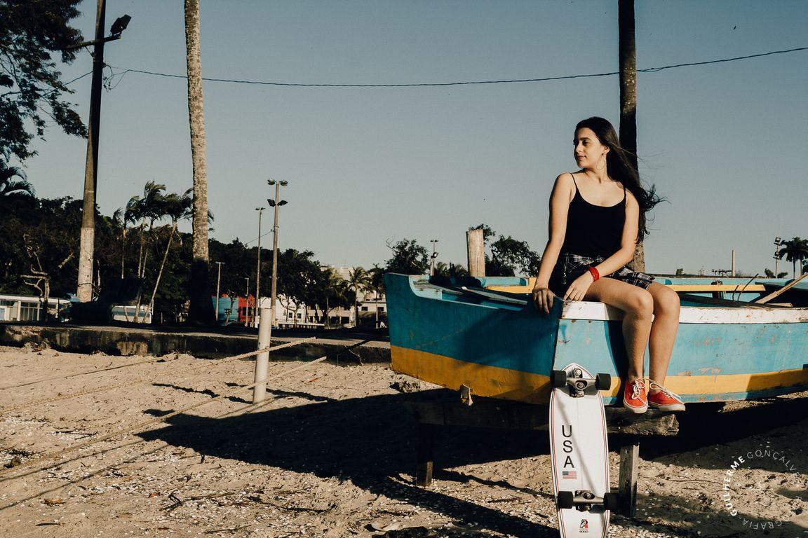 sentanda no barco azul e amarelo em vila velha ES