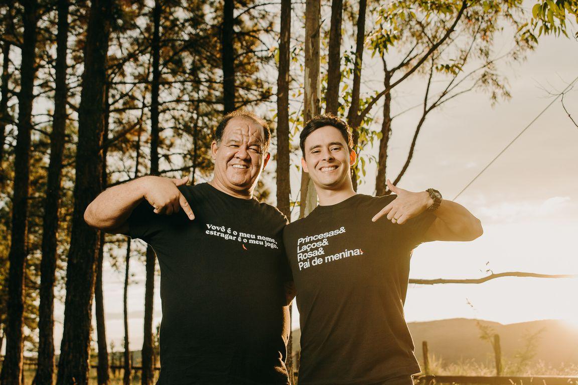 papai e vovô exibem camisa da reserva